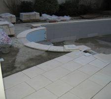 Finalement la neige et la pluie se sont arrêtées...Les arceaux ont été enlevé et la pose de la terrasse a commencé...