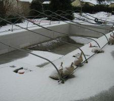 Après la pluie, la neige ! Décidément on a choisi la bonne année pour faire la piscine !