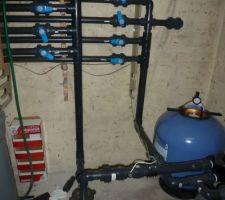Vue d'ensemble du local technique avec les arrivées d'eau en haut a gauches, les départ au centre, la vidange en haut, la pompe en vas a gauche et le filtre Pentair clearpro en bas a droite