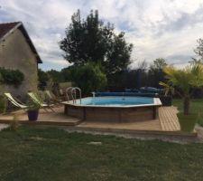 Suite de la terrasse tout autour de la piscine