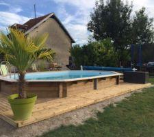 Suite de la terrasse tout autour de la piscine.