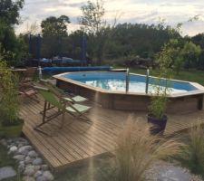 Suite de la terrasse autour de la piscine.