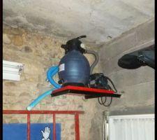 Fabrication et installation de la filtration sable qui se trouve dans le garage, sous le bassin