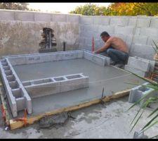 Dalle coulée, j'en profite pour poser les premiers blocs à bancher dans le ciment encore frais...