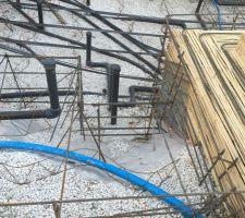 Mise en forme des escaliers qui seront intégrés à la plages immergée pour ne pas empiéter dans la piscine