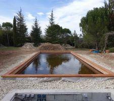 Remplissage terminé. L'eau sera marron pendant quelques semaines, le temps que le bois dégorge ses tanins.
