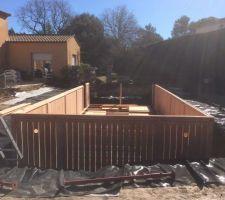 Montage de la structure bois. Le textile qui assurera l'étanchéité a été installé au préalable.