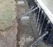 Scellement des parpaings de base pour soutenir la terrasse