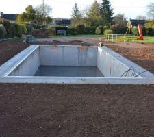 Je prépare la terre pour la pelouse car la piscine se remplit plus qu'elle ne sèche...