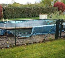 Avant, piscine hors sol en ruine depuis plusieurs années