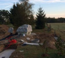 Le rocher technique plus la cloche pour le Diffaclean et à droite le puits perdu
