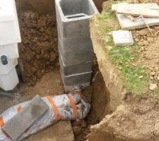 Construction d'un regard ou passe le trop plein et l'eau du drain vers un épandrain
