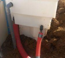 évacuation trop plein tuyau gris rigide et mise en place dans fourreaux des tuyaux pompes à chaleur