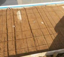 Photo des fers à béton mis dans les trous attente panneaux de la piscine comme demandé par aquadiscount
