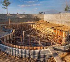 Coffrage intérieur des murs terminé. Prêt pour le coulage du béton dans les murs. Épaisseur de béton hydrofuge dans les murs = 20cm.