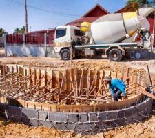 Installation du chainage dans le haut des murs qui servira lors de la construction de la goulotte périphérique de débordement.