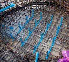 Installation des tuyaux pour les buses d'air dans le radier du spa.
