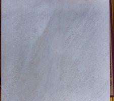 Carreaux de granito qui serviront de margelles installées sur l'arase du bassin pour le débordement dans la goulotte périphérique.