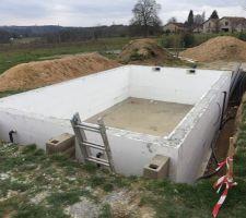 Murs remplis et tuyauterie passée !!!! Prochaine étape remblais, pose rail liner, local technique