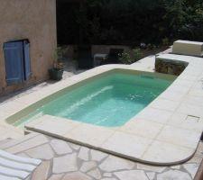 Dallage de la piscine en pierre reconstituée. terminé cette semaine