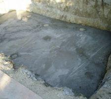 La dalle a été coulée en quelques heures, elle est en microfibres (pâte de verre).
