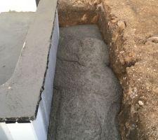 Remplissage avec reste béton le terrassier avait fait un peu plus..je vous le mets quand même !