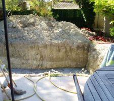 Vue depuis la terrasse : les 10m2 de terre en face vont servir au remblai. C'est le piscinier qui en a décidé ainsi.