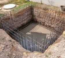 Coulage du béton dans le radier du réservoir de rétention des eaux après lavage du filtre.