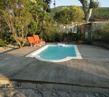 Une grande plage autour d'une petite piscine ! Mais il y aura de la place pour s'étaler sur les bains de soleil ;-)