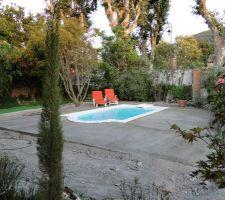Voilà ce que l'on voit depuis la terrasse de la maison.  La pose du travertin sur la plage, ça sera en septembre.  Un peu de répit pour profiter du soleil maintenant.  Le réarrangement du jardin attendra aussi. Je vais poser du gazon synthé en attendant. Vive l'été !