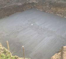 Coulage de la dalle de fond , on voit la bonde de fond.  béton dosé a 350kg, double ferraillage, et sous la dalle tuyaux pour le puit de decompression