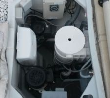Photo du bloc avec régulateur de PH, électrolyseur, moteur pompe à chaleur....