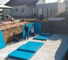 Après avoir poncé la dalle en béton, on s'attaque à la construction de la piscine