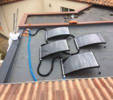 Pose des panneaux solaire hydraulique sur le toit plat de mon local technique, il y a plus qu'a attendre le couvreur pour une soudure du liner au niveau des tubes de sortie diamètre 80