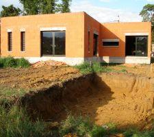 Maison et emplacement piscine vus du jardin