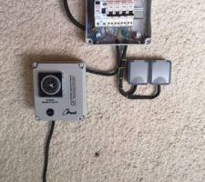 Coffret et raccordement électrique (j'ai posé un tableau secondaire alimenté en 6 mm2 depuis le tableau principal). Il y a les prises en attente pour le volet roulant par exemple