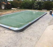 Préparation pour couler le béton autour de la piscine