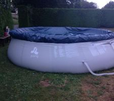 La piscine est comme ceci la pente monte sur la droite