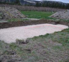 Le remplissage du trou: nous avons creusé trop profond : l'eau est à 1.10m !