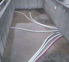 Passage des tuyaux des bondes de fond et scellement des refoulements et projecteurs