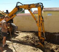 31 juillet 2010 : le terrassier creuse le trou...