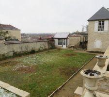 Voici le jardin dans lequel nous voulions depuis longtemps construire une piscine, il semble n'attendre qu'elle.