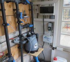 Une filtration intégrée au bassin permet de se contenter d'un local technique minimaliste.