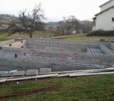Terrasse piscine en plancher hourdis avec canalisations visibles et accessibles sur tout le tour du bassin... aucun problème de tassement ou rupture canalisation.