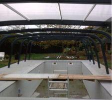 Vue avec panneaux de toit sur une partie des arceaux supports