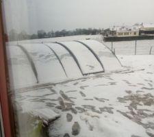 Abri posé,il a déjà goutté à la neige