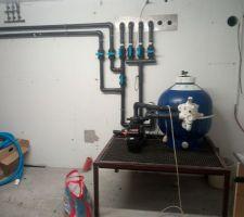Local au sous sol sur bac rétention. Hydraulique terminé Manque pose régulateur sel et pH Manque coffret électrique