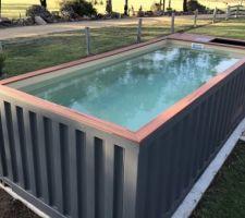 Conteneur maritime transformée en piscine prête à plonger
