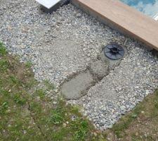 Le chantier reprend après la stabilisation du terrain. Plots vissés sur du béton pour gérer le tirage de la bâche à barre