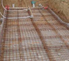 La structure avec les treillis soudées du radier est mise en place et attachée ainsi que les bondes de fond